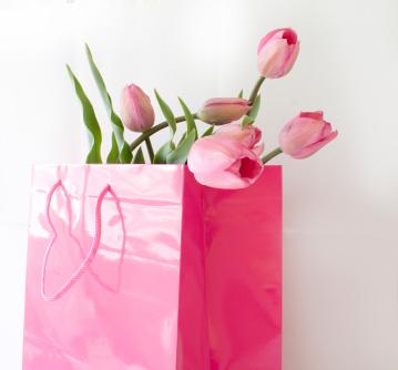 Att köpa present är en svår uppgift - men blommor duger oftast